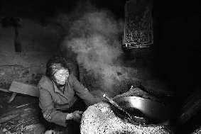 中午,赵冬英边和记者聊天,边为刘月英准备午饭。