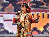 藏族歌唱家格桑曲珍演唱《咱们西藏》