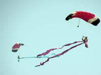 中国空军跳伞运动大队为珠海航展添彩[组图]