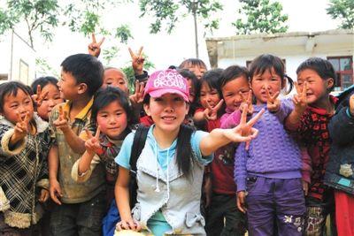 """彭旸是团中央支教志愿者。24岁那年,她放弃了出国攻读博士的机会,扎进贵州深山过上了长达5年的支教生活。当她支教期满将要离开时,大山里的孩子们授予了她四个""""博士学位""""。"""
