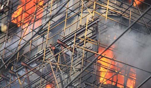 上海静安区一高层住宅脚手架起火