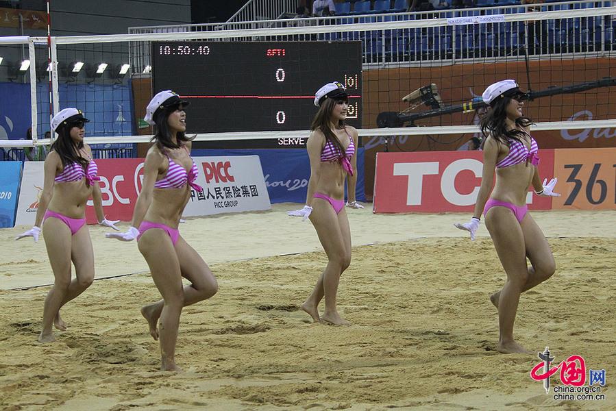 23日,海员帽沙排宝贝为广州亚运会女子沙滩排球决战加油.    摄 -