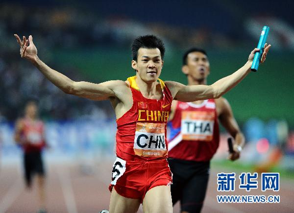 11月26日,中国队选手劳义在冲过终点后庆祝胜利。当日,在广州奥体中心体育场进行的第16届亚运会田径男子4X100米接力决赛中,中国队夺得金牌。 新华社记者郭大岳摄