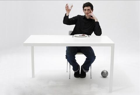 以此来保持平衡.可是要在这样的桌子上吃饭,恐怕不是件容易的事