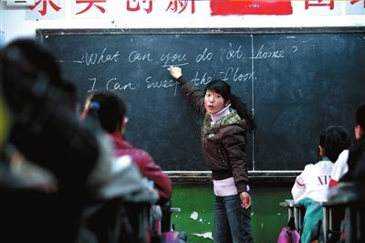 董丹丹在给孩子们上英语课。 本报记者王磊摄