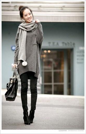 灰色围巾搭配深灰毛衣
