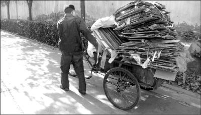 张占军收点废品补贴家用