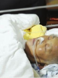 12月21日,省马王堆医院,不想面对镜头的朱师傅依然守在高乐心的病床边。傅聪 摄