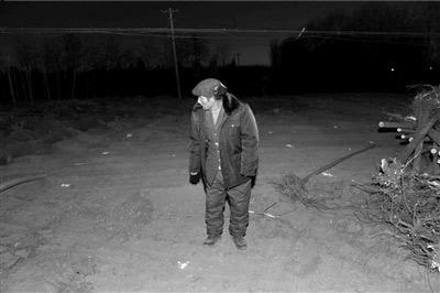原來的宿舍所在處已被夷平,農民工老劉試圖尋找出一些自己在此生活的印記。