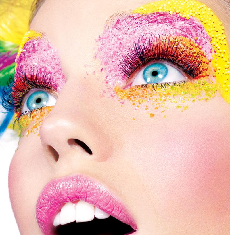 妆容梦幻的眼妆、充满彩虹的色彩,充满彩虹糖的甜蜜. -众超模齐聚