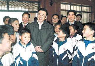 省委書記、省人大常委會主任周強在岳麓區望新小學與就讀的農民工子弟親切交談。