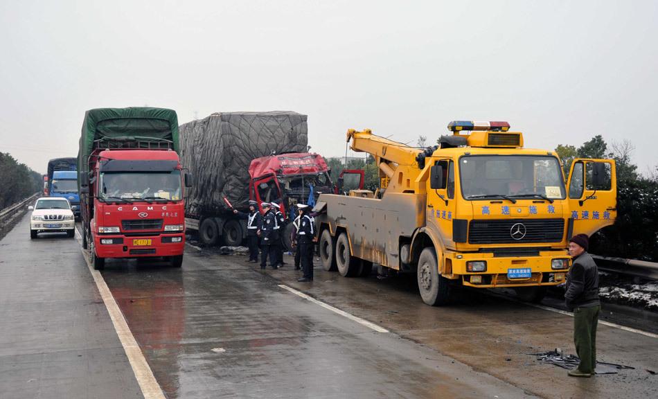 高清:雨雪天气车祸多发致京珠高速拥堵
