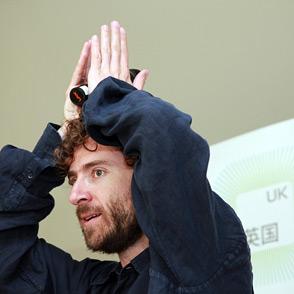 2010年5月4日,上海世博会,英国馆设计师介绍自己的构思.
