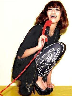 黑色蕾丝开衫与黑色西装的层叠,让本身大人气的搭配中多了一丝可爱图片