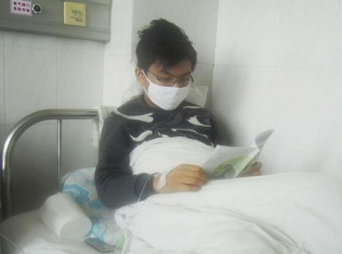 病床上的马洪玲不忘学习