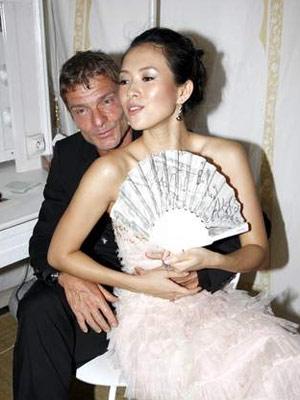章子怡淫乱故事_章子怡,后来又与好莱坞大鳄vivi相恋,可是这两段和有钱人的爱情故事却