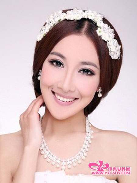 2.发型设计清丽花结-别致发饰塑造优雅发型 打造灵动新娘图片