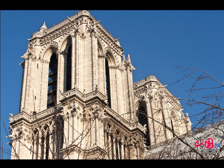 巴黎圣母院大教堂是一座位於法国巴黎市中心,西堤岛上的教堂建筑,也