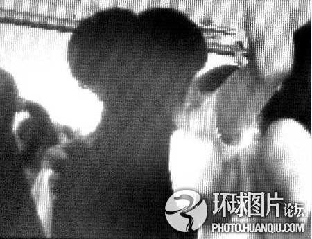 公共汽车上的男孩-男女中学生在公交车上激吻老人指责遭抢白-武汉公汽现 臭脚男高清图片
