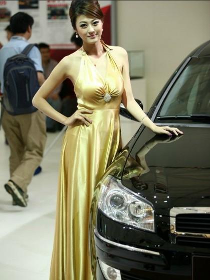 上海车展成美女秀 轴距干不过胸围 竖