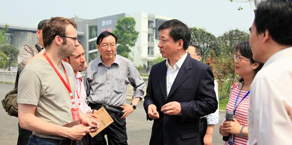 外国专家看四川 中国外文局组团重访灾区[组图]