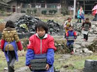 贵州山区留守儿童周末背运砖块挣零用钱