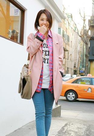 格子衬衫以及粉色西装外套的叠层,层次感十足,搭配紧身牛仔裤,