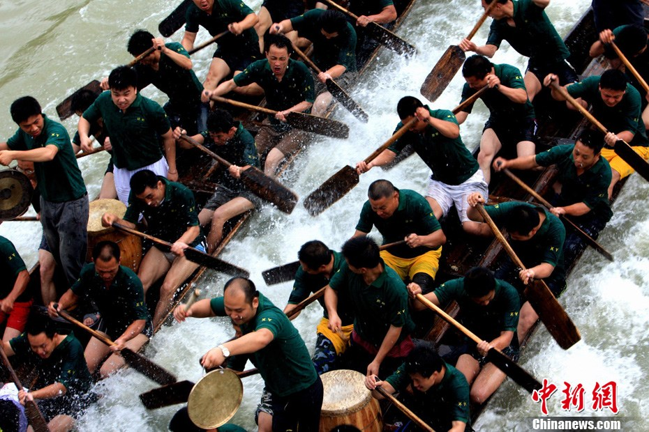 传统端午佳节广西举行划龙舟竞赛