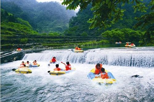"""千岛湖古有""""千峰郡""""的美誉,源头的山涧和峡谷之间有上百条溪流蜿蜒"""