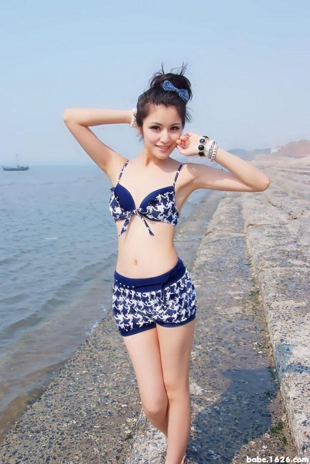 甜美女孩海边泳装秀