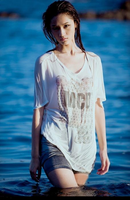 美女夏季海滩性感装扮