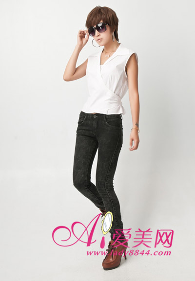 无袖白色衬衣,搭配紧身牛仔裤,穿出酷劲十足的感觉.-甜美也帅气