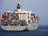 祖国商船在亚丁湾为护航军舰捎带补给品