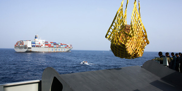 亚丁湾护航:祖国商船为护航军舰捎带补给品