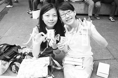 图为小西的伙伴们展示她们义卖的水仙花胸针。