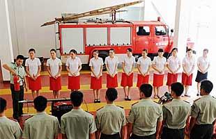列车美女乘务员学习消防武艺