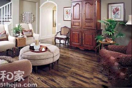 美式古典风格的地板,设计复古,颜色比较厚重,但较欧式古典的地板又
