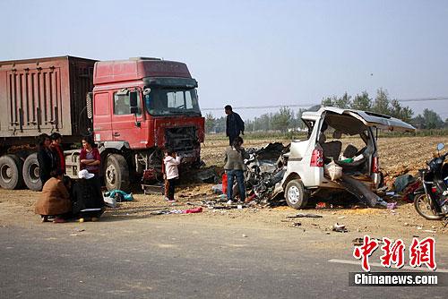 河南社旗县境内货车面包车迎面相撞 11人死亡