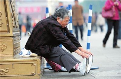 75岁老太坚持义务清理天安门垃圾17年(组图)