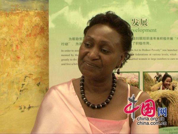 乌干达总理夫人杰奎琳女士认真聆听记者提问-乌干达总理夫人谈性别