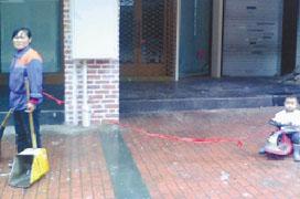 掃街媽腰綁繩連著3歲兒子追蹤:幼兒園免費收