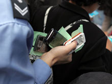市民携3部闲置手机前来 中国网