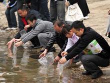 将鱼苗投放到铜仁市母亲河——锦江之中