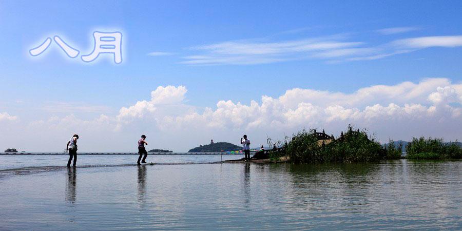 无锡太湖水位上涨 游人淌水而过
