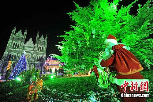 12月22日晚,北京西什库天主教堂点亮装饰灯光。中新社发 洪坚鹏摄