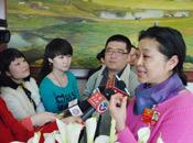 倪萍在驻地接受媒体的采访