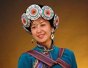 3月8日,全国人大代表、云南文化产业投资控股集团公司总经理助理杨劲松接受了中国网的采访。作为云南代表团中唯一一名纳西族代表,杨劲松身着传统的民族服饰,显得美丽动人。图为最美人大代表——杨劲松[组图]中国网 董德/摄