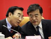 河北省省委书记张庆黎(左)和河北省省长张庆伟(右)正在交流