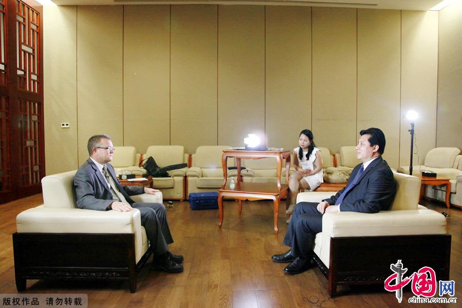 4月24日,第三届中国-阿拉伯国家新闻合作论坛举行分组讨论。会后,中国外文局常务副局长郭晓勇接受广东电视台采访。中国网 董德摄影
