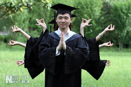 江苏省淮阴师范学院的大四毕业生在拍摄富有个性的毕业照.